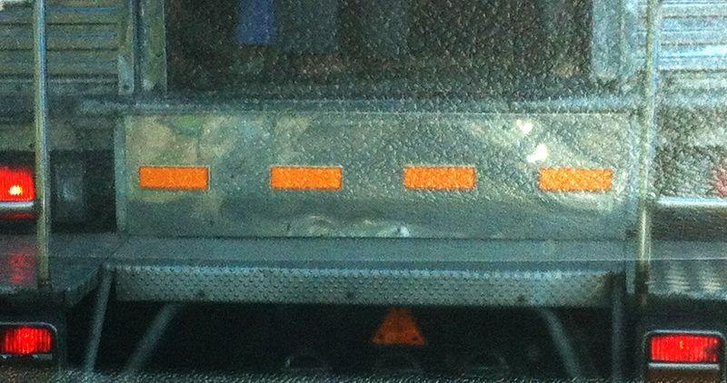 แผ่นลายกันลื่นลายปุ่ม ใช้ปูบันไดขึ้นรถโดยสาร