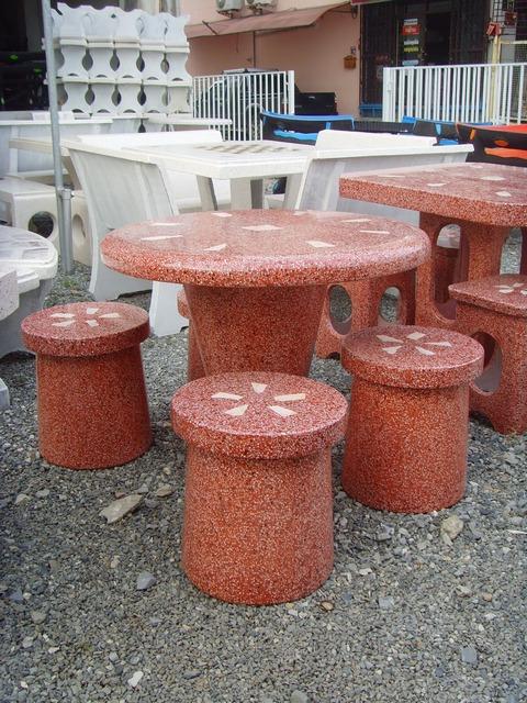 โต๊ะกลม ตัวนั่งดอกเห็ด สีแดง