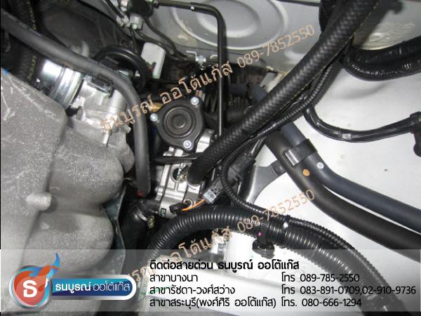 ตำแหน่งหม้อต้มแก๊ส (Reducer) ภายในห้องเครื่องยนต์ Mitsubishi Triton 2400cc. ป้ายแดง กับชุด Fast-Tech Premium ของ ENERGY-REFORM ติดถัง 48 ลิตรใต้ท้อง ยางอะไหล่ยังอยู่ โดยธนบูรณ์ ออโต้แก๊ส