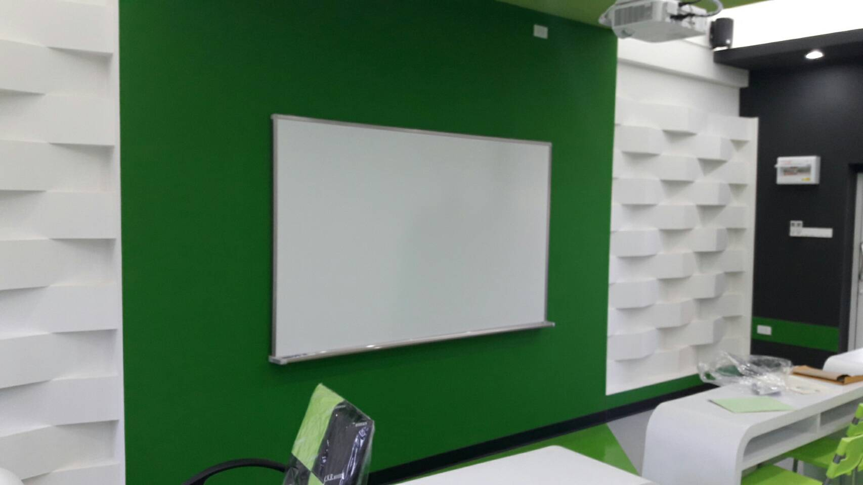 Whiteboard-nonreflex-ECO-Shelf