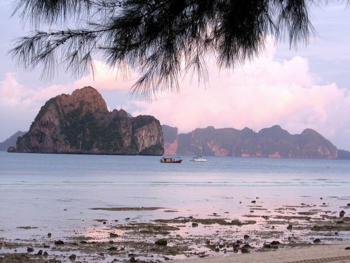 หน้าเกาะไหงยามเช้าตรู่ ยังไม่มีใครตื่นเลยขอรับ