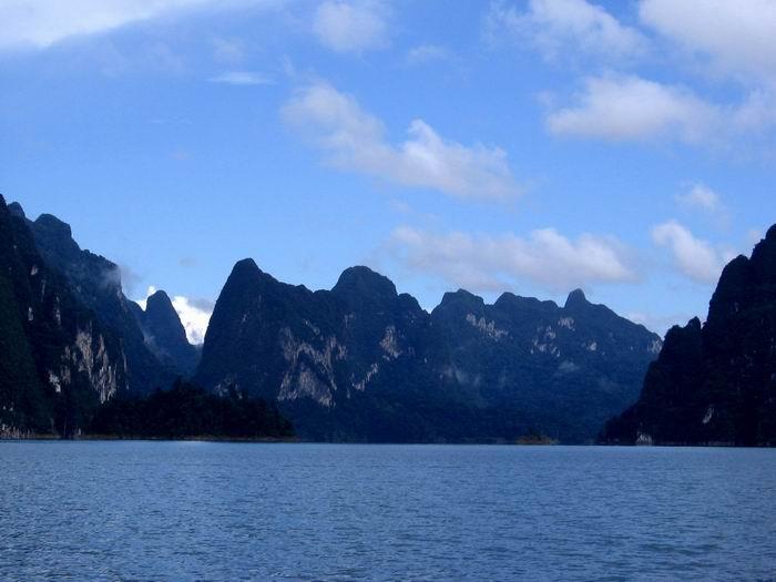 ทิวทัศน์เขาหินปูนแห่งเขื่อนรัชประภา กุ้ยหลินเมืองไทย