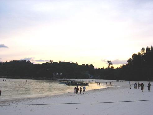 ยามเย็นที่หาดเกาะหลีเป๊ะ