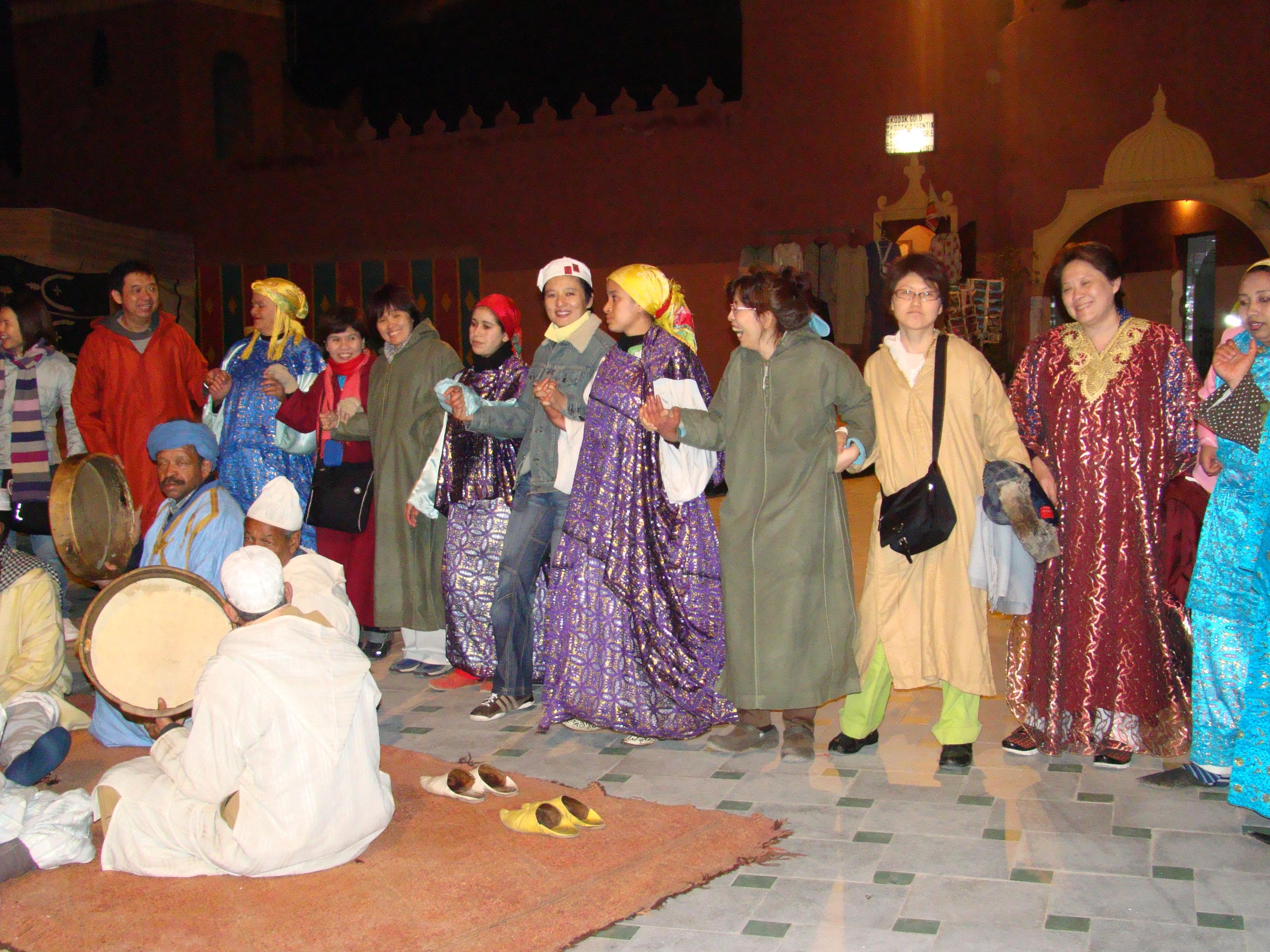 ทัวร์โมรอคโค ลูกทัวร์สนุกกับการเต้นรำกับชาวเบอร์เบอร์ ที่เชส อาลี แฟนตาเซียโชว์