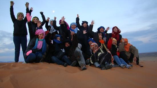 สนุกกับการถ่ายรูปบนเนินทรายที่สูง ยามเช้า เพื่อชมพระอาทิตย์ขึ้นที่ทะเลทรายซาฮาร่า